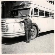 Photo Carrée Originale Autocar à Double étage Et Son Chauffeur Vers 1950/60 - A7 - - Auto's