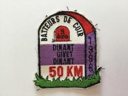 BATTEURS DE CUIR 9 Iem  «DINANT  GIVET DINANT 50km (1986) écusson Brodé. - Blazoenen (textiel)