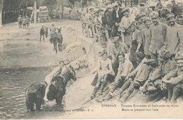 51 // EPERNAY  Troupes écossaises Et Italiennes Au Repos, Ecossais Prenant Leur Bain ** - Epernay