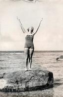 Grande Photo Originale Pin-Up Sexy Sur Un Rocher, Les Bras Au Ciel Vers 1940 - Pin-Ups