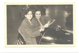 Photo Carte De Deux Jeunes Filles à La Foire, Kermesse, Auto Tamponeuse, Manège, Fête Foraine... (b253) - Photographie