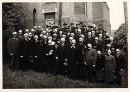 Grande Photo Originale A. Krauskopf - Eglise, Pasteur, Curé Et Photo De Groupe D'anciens En Sortie De Messe Vers 1930 - Anonyme Personen