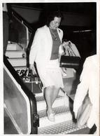 Grande Photo Originale Femme En Tailleur à La Descente D'un Avion De La Compagnie Ibéria En 1970 - Luftfahrt