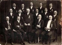 Grand Tirage Photo Albuminé Original Cartonné Groupe D'Hommes à L'étrange Décoration à Identifier - Conscrits ??? 1930's - Anonieme Personen