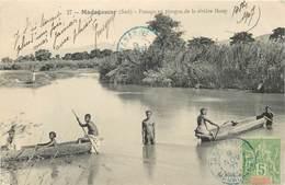 """CPA MADAGASCAR """"Tananarive, Passage En Pirogue De La Rivière Ihosy"""" - Madagascar"""
