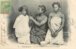 "CPA MADAGASCAR ""Au Pays Betsiléo, Coiffure"" - Madagascar"