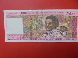 MADAGASCAR 25.000 FRANCS 1998 CIRCULER (B.5) - Madagascar
