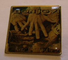BON JOVI KEEP THE FAITH ALBUM POPLIGHT COLLECTION Limited Edition Limitee Numero Number #1560 Pin Pin's Pins - Musique