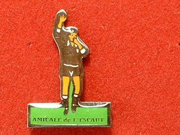 PIN'S  FOOTBALL - AMICALE ARBITRE DE L'ESCAUT - Football