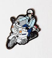 Pin's Moto Motard Gendarme - GENDARMERIE - Militaria