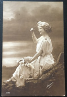Mujer Sentada Sastrería La Polar - Moda