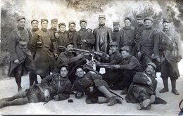Carte Photo D'une Section De Soldat Francais Avec Leurs Officier Et Une Mitrailleuse Lourde A L'arrière Du Front En 14-1 - Guerre, Militaire