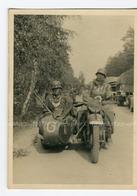 WW2. Vue De Deux  Militaires Allemands Endormis Sur Leur Side-car  Pendant La Guerre 40/45 . - Foto's