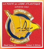 SUPER PIN'S POSTE -VOILE : RARE Pin's POSTE De LOIRE ATLANTIQUE (44) SUPPORTER De  VOILE émail Base Or +vernis 2,5X3cm - Postes
