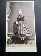 Photographie Ancienne CDV - Second Empire- Jeune Fille - Robe Rayures - Mode - Photo Arnaude Marseille - Ancianas (antes De 1900)