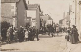 BLERE - Carte Photo De Cavaliers Lors D'un Carnaval Ou Fête Locale ( Blason De Bléré Porté Par Un Cavalier ) Carte Rare. - Bléré