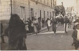 BLERE - Carte Photo D'un Personnage Dans Une Chaise à Porteur Lors D'un Carnaval Ou Fête Locale ( Carte Rare ). - Bléré