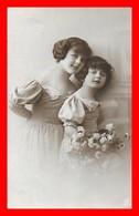 CPA PORTRAIT De Jeunes Filles En Robe De Cérémonie, Bouquet De Fleurs...J395 - Portraits