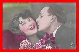 CPA FANTAISIES. Couple D'amoureux S'embrassant, Fleurs...J400 - Coppie