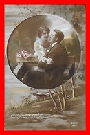 CPA FANTAISIES. Couple D'amoureux Sur Un Banc, Fleurs...J402 - Coppie