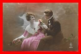 CPA FANTAISIES. Couple D'amoureux Sur Un Banc, Fleurs...J403 - Coppie