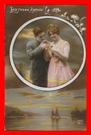 CPA FANTAISIES. Les Roses D'amour. Couple D'amoureux, Fleurs, Paysage Lacustre...J405 - Coppie