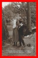 CPA FANTAISIES.  Couple D'amoureux S'embrassant Au Bord De La Rivière...J409 - Coppie