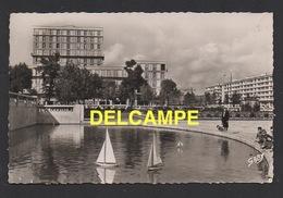 DD / 76 SEINE MARITIME / LE HAVRE / LES NOUVEAUX IMMEUBLES , PLACE DE L' HÔTEL DE VILLE, BASSIN ET VOILIERS (JOUETS) - Le Havre