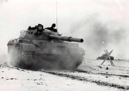 Photo Originale Transport Militaire - Char D'assaut Soviétique - Char Moyen Soviétique Type 62 Modèle 1960 - Oorlog, Militair