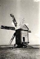 Photo Originale Lieu & Architecture - Un Moulin à Vent De Bois En 1942 & Soldats Profitant De Son Ombre (Voir Légende) - Lieux