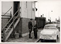 Photo Originale Lloyd LP600 1957, Militaire En Uniforme Et Civil En Train De Discuter Vers 1960 - Coches