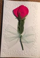 Carte , Avec Fleur  Synthétique Et Tissu Collée , Plus Noeud En Tulle. Deux Volets - Holidays & Celebrations