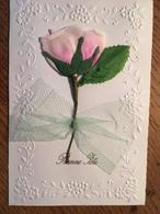Carte Bonne Fête,  Avec Fleur  Synthétique Et Tissu Collée , Plus Noeud En Tulle. Un Volet - Holidays & Celebrations