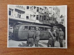 WW2 GUERRE 39 45 DE PANNE LA PANNE SOLDATS ALLEMANDS DEVANT UN AUTOBUS COMMERCE BANQUE NOVO - De Panne