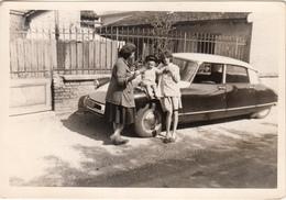 Photo D'une Citroën DS Avec Femmes Et Enfant En 1962 - Photographs