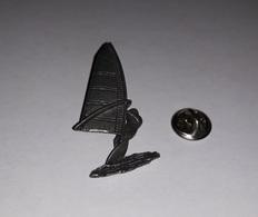Pin's Planche à Voile (relief Signé Brown N° S.15) Hauteur: 4,2 Cm - Zeilen