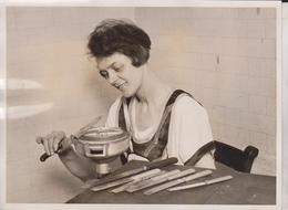 ELECTRICAL GADGET KNIFE CLEANING AND SHARPENING  HOUSEWORK MADE EASY  20*15CM Fonds Victor FORBIN 1864-1947 - Fotos