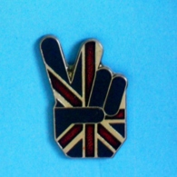 1 PIN'S //  ** ' V ' DE LA VICTOIRE / DRAPEAU ANGLAIS / BRITANNIQUE / ROYAUME-UNI ** - Non Classés
