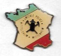 Pin's  Ville, AMICALE  POLICE  WITTELSHEIM - WITTENHEIM  ( 68 ) Sur  Carte  De  France  Tricolore - Police