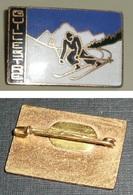 Rare Broche En Métal émaillé, Ski Skieur, Guillestre - Invierno