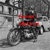 Reproduction D'une Photographie Ancienne D'un Motard De La Police Sur Sa Triumph équipéd'unradio-téléphoneen 1955 - Reproductions