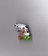 Pin's Fuji / Striker Mascotte Coupe Du Monde De Football 1994 Usa - Drapeau Brésil (signé 1992 ISL Fujifilm) - Football