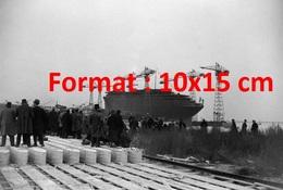 """Reproduction D'une Photographie Ancienne De Personnes Regardant Lelancement Du Paquebot """"Le Normandie""""en 1932 - Reproductions"""