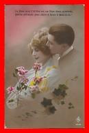 CPA  COUPLES.  La Rose Avec L'œillet Est Un Bien Doux Symbole. Jolie Femme Et Son Amoureux...J476 - Coppie