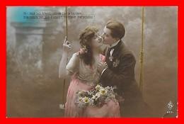 CPA  COUPLES.  Jolie Femme Sur Une Balançoire  Et Son Amoureux, Bouquet De Marguerite..J482 - Couples