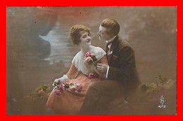 CPA  COUPLES.  Jolie Femme En Robe Mousseline Et Dentelle Et Son Amoureux, Bouquet De Fleurs..J483 - Coppie