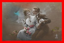 CPA  COUPLES.  Jolie Femme En Robe Mousseline Et Dentelle Et Son Amoureux, Bouquet De Fleurs..J484 - Coppie