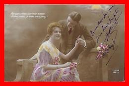 CPA  COUPLES.  Jolie Femme En Robe Mousseline Et Dentelle Et Son Amoureux, Bouquet De Fleurs..J485 - Coppie