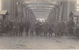 **  CARTE PHOTO / REAL PHOTO ** MILITARIA : Groupe De 12 Militaire En Uniforme à L'entrée D'un Pont ... à Identifier ... - Guerre 1914-18