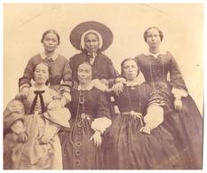 FEMMES COLS DENTELLES ROBES LONGUES. UNE FEMME PORTE LA COIFFE REGIONALE  BRETONNE?  SEPIA - Photographs